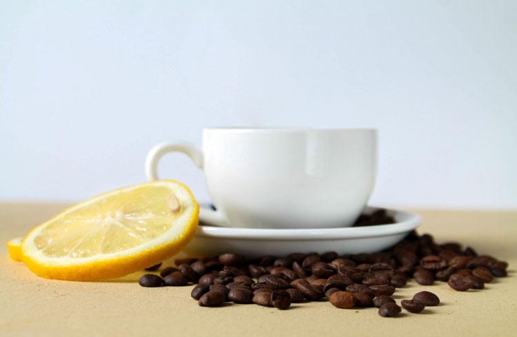 Kaffee mit Zitronensaft als Hausmittel gegen Schmerzen